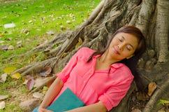Sosta sveglia asiatica dello sleepingin della ragazza Fotografia Stock Libera da Diritti