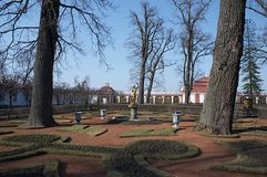 Soste e palazzi di Peterhof Fotografia Stock Libera da Diritti