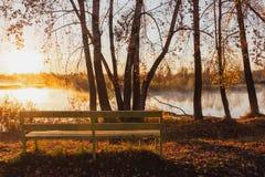 Sostegni per banchi gialli soli vicino al fiume nei raggi della r fotografie stock libere da diritti