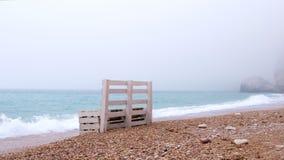 Sostegni per banchi soli sulla riva della spiaggia del mare video d archivio