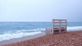 Sostegni per banchi soli sulla riva della spiaggia del mare stock footage