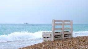 Sostegni per banchi soli sulla riva della spiaggia del mare archivi video