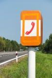 SOStelefon på vägen Arkivfoton