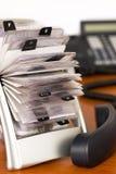 Sostenedor del fichero de tarjeta con el teléfono Imágenes de archivo libres de regalías