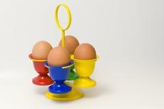 Sostenedor del huevo con el frente azul imagen de archivo