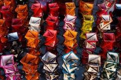 Sostenedores de vela en mercado en Marrakesh Foto de archivo