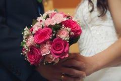 Sostener ascendente cercano de las flores de la boda Imagen de archivo