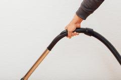 Sostener el apretón del aspirador en la acción Foto de archivo libre de regalías