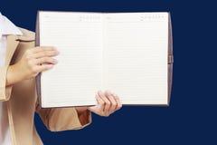 Sostener el cuaderno en blanco foto de archivo libre de regalías