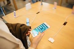 Sostener el iphone impermeable del teléfono Fotografía de archivo