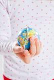 Sostener el mundo en su mano Foto de archivo libre de regalías