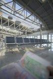Sostener el pasaporte en aeropuerto Imagen de archivo libre de regalías