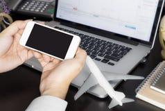 Sostener el teléfono móvil vacío para el viaje de negocios foto de archivo