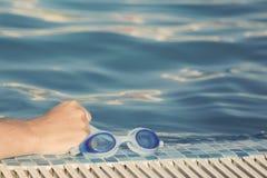 Sostener gafas Fotografía de archivo libre de regalías