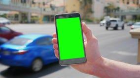 Sostener la pantalla verde Smartphone cerca de Las Vegas Boulevard almacen de video