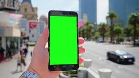 Sostener la pantalla verde Smartphone cerca de Las Vegas Boulevard almacen de metraje de vídeo