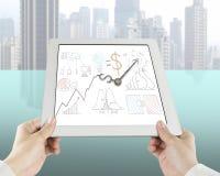 Sostener la tableta con las manos del dibujo y de reloj del concepto del negocio Fotografía de archivo libre de regalías