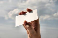 Sostener la tarjeta de visita en blanco #8 Fotos de archivo