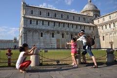 Sostener la torre inclinada de Pisa Foto de archivo libre de regalías