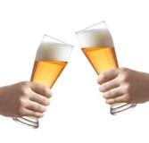 Sostener los vidrios de una cerveza Fotografía de archivo libre de regalías