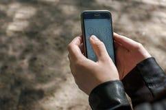 Sostener smartphone fotos de archivo