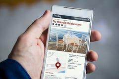 sostener smartphone en línea del directorio imagen de archivo libre de regalías