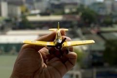 Sostener un aeroplano del juguete Fotos de archivo libres de regalías