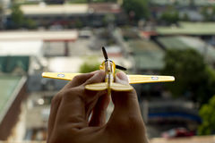 Sostener un aeroplano del juguete Fotografía de archivo
