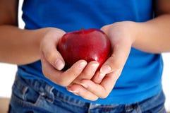 Sostener un Apple Imágenes de archivo libres de regalías