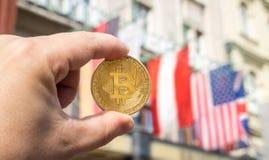 Sostener un Bitcoin foto de archivo