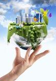 Sostener un globo de la tierra que brilla intensamente Foto de archivo libre de regalías