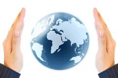 Sostener un globo de la tierra que brilla intensamente en sus manos Foto de archivo