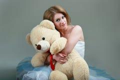 Sostener un oso de peluche Fotos de archivo libres de regalías