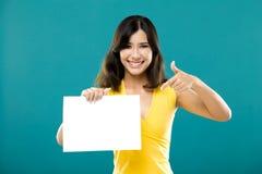 Sostener un papel en blanco Foto de archivo
