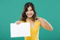 Sostener un papel en blanco Imagen de archivo libre de regalías