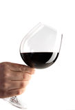 Sostener un vidrio de vino rojo Imagen de archivo
