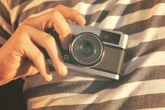 Sostener una cámara vieja Imagen de archivo libre de regalías