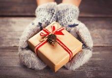 Sostener una caja de regalo Foto de archivo libre de regalías