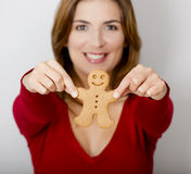 Sostener una galleta del pan de jengibre Fotografía de archivo libre de regalías
