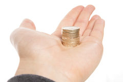 Sostener una pila de monedas de una libra Imágenes de archivo libres de regalías