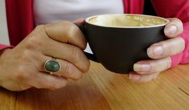 Sostener una taza. Imagen de archivo libre de regalías