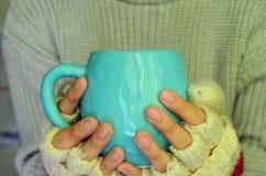 Sostener una taza Foto de archivo libre de regalías