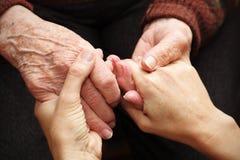 Sostenga ed aiuti gli anziani Fotografia Stock