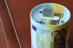 Sostenga la caja de dinero euro del ahorro de la moneda Para el concep del negocio y de las finanzas Imagenes de archivo