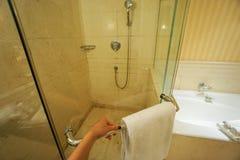 Sostenga la manija de la cabina del cuarto de baño para entrar imagen de archivo