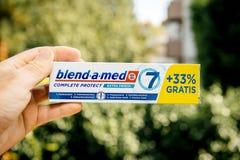 Sosteniendo el Mezcla-UNO-MED completo proteja la crema dental fresca adicional fotografía de archivo libre de regalías
