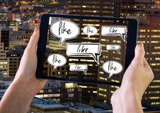 Sosteniendo la tableta y como burbujas de la charla en ciudad Imagen de archivo