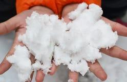 Sosteniendo mano de s de la nieve ' Imagen de archivo