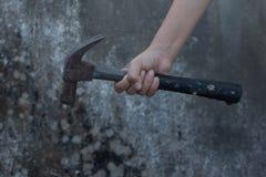 Sosteniendo un martillo fondo disponible, blanco y negro del lunar Fotografía de archivo libre de regalías