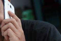 Sosteniendo un teléfono, el hombre está llamando, la versión 6 imagenes de archivo